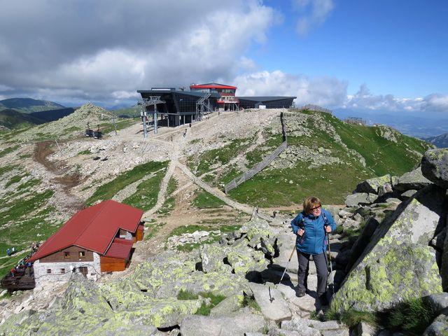 stanice kabinové lanovky na Chopku a Kamenná chata pod vrcholem