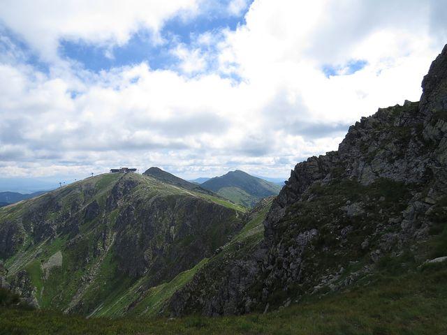 úžasný hřeben Nízkých Tater - masiv Chopku, Ďumbier v pozadí