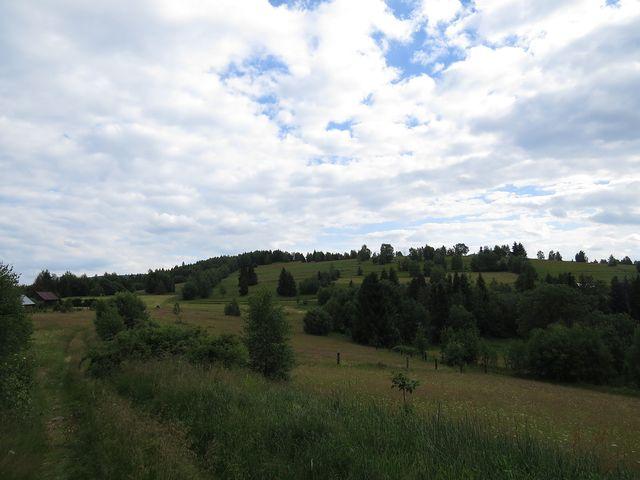 pastviny s usedlostmi na hřebeni