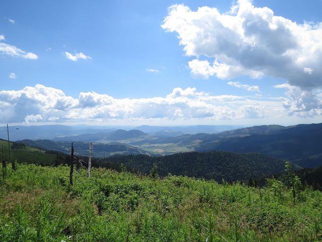 výhled z hřebene Trsteníku na Stolické vrchy
