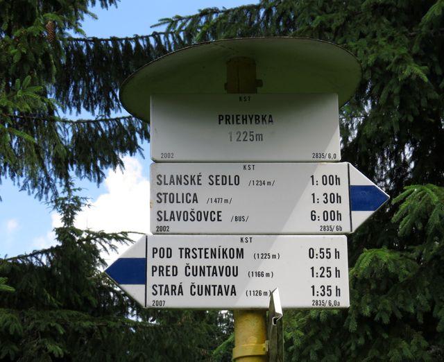 směrovník v sedle Priehybka - jdeme na Stolicu, nejvyšší horu Slovenského rudohoří
