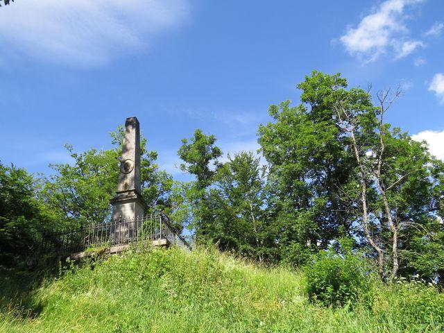 památník knížeti Augustu Sasko-Coburskému pod hradem Muráň