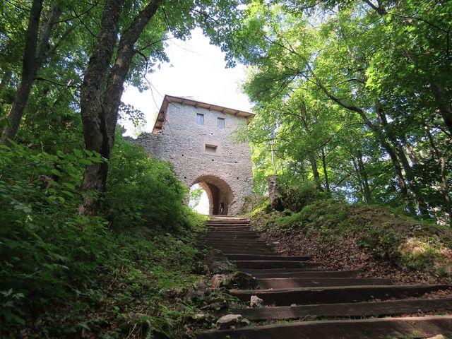 vchod do hradního areálu Muráň