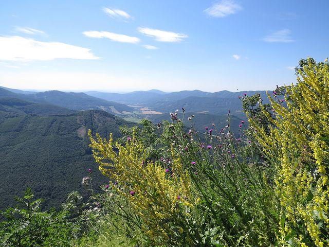 nádherný výhled z vápencového bradla, kde byl postaven hrad - panorama Stolických vrchů