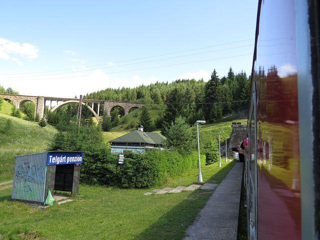 Telgártský viadukt, vlak vjíždí do tunelové smyčky