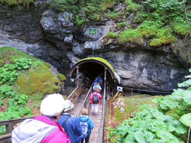 vchod do Dobšinské ledové jeskyně je ve výšce 970 metrů