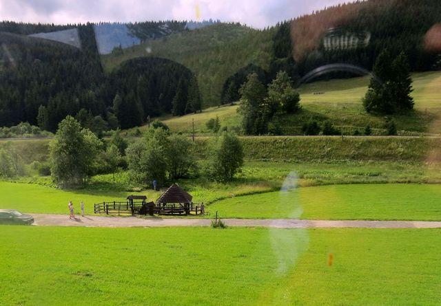 zde počíná svůj tok řeka Hron - při silnici z Telgártu do Popradu poblíž sedla Besník - foceno z autobusu