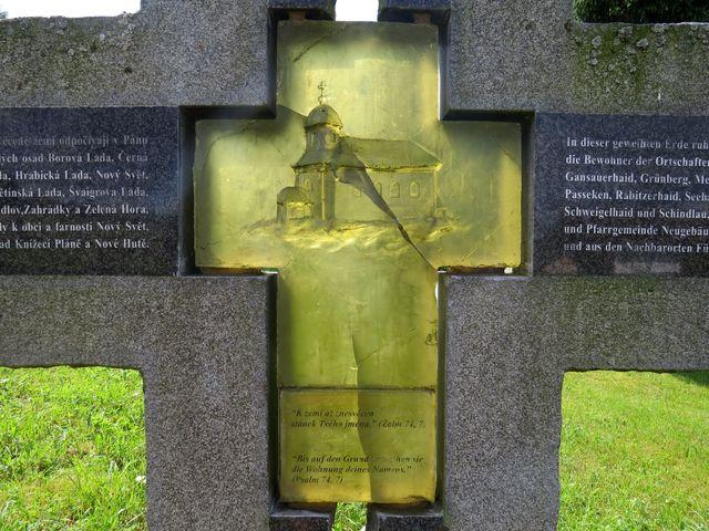 detail kříže s bývalým kostelem sv. Martina