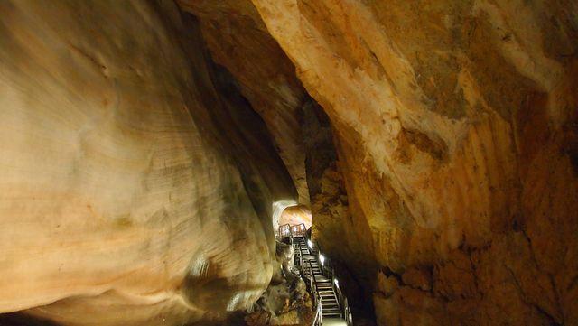 od vstupu prostory jeskyně stále klesají; foto J. Hustý
