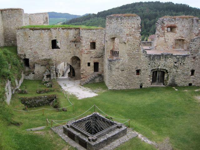 hradní studna je opředena pověstmi
