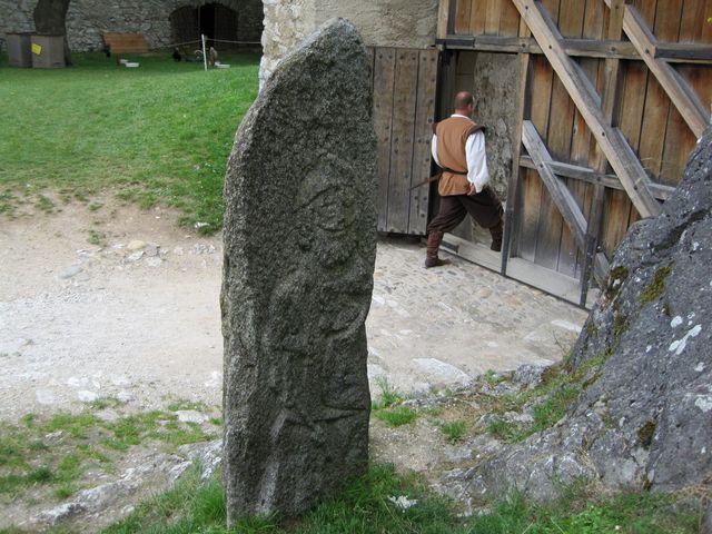 vytesaná postava je asi velitel husitských vojsk Jan Žižka z Trocnova