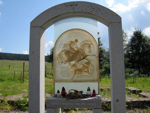 skleněná deska se sv. Martinem je dílem výtvarnice Vladimíry Tesařové