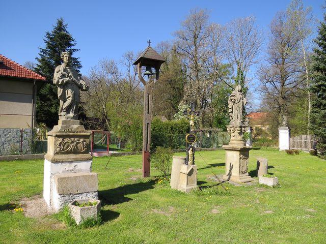 sochy na návsi v Malči; www.svatosi.cz