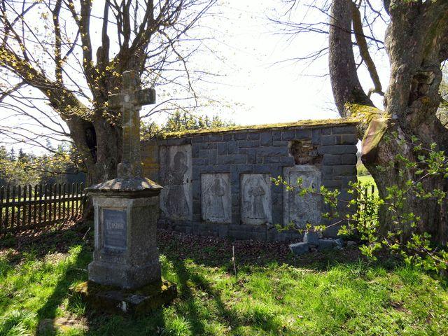 hrobka rodiny Kustošů ze Zubří, kteří přestavěli v 16. století tvrz na zámek