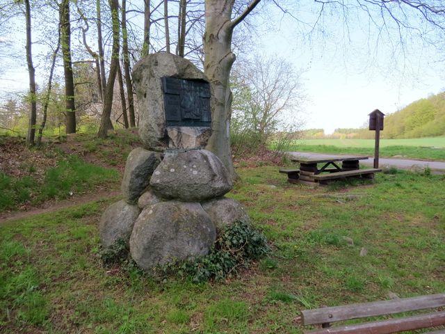 v místech, kde v keltském oppidu kdysi stávaly pohanské mohyly, je pamětní deska Mistra Jana Husa :-)