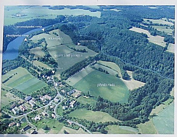 letecký pohled na oppidum České Lhotice - obrázek z infotabule