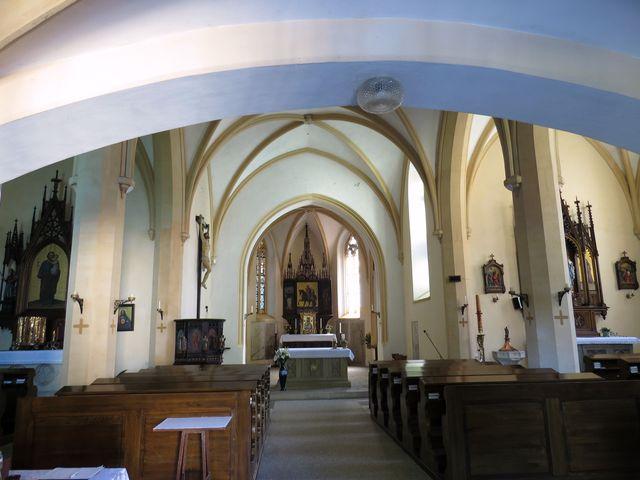 interiér kostela v novogotickém slohu