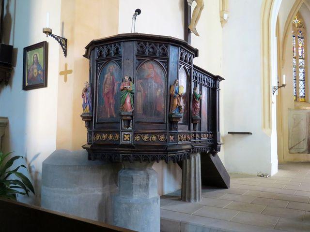 elegantní vyřezávaná kazatelna kostela ve Slatiňanech