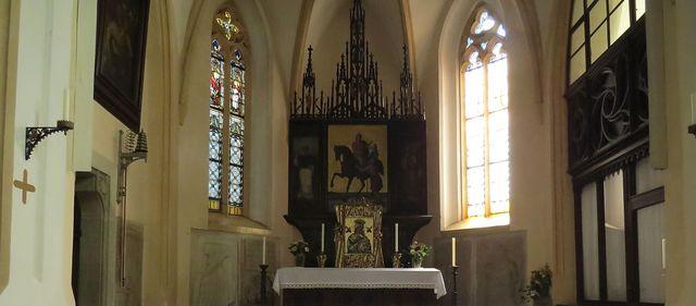 oltářní obraz - zde ve Slatiňanech jede sv. Martin na černém koni