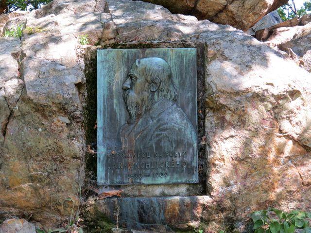 reliéf básníka Jaroslava Vrchlického na křemencové skalce, odkud rád vyhlížel do kraje