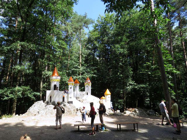 tato, i jiné stavby v parku, byla inspirována alpským stylem