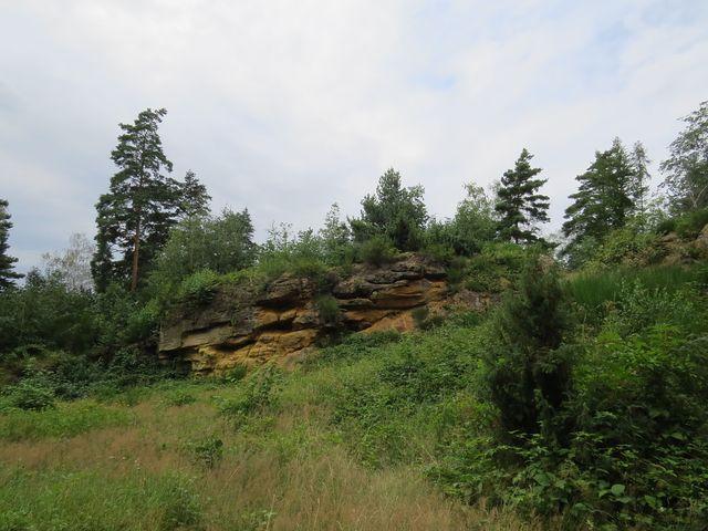 druhohorní pískovce v lokalitě Na skalách překrývají křemence - důkaz přítomnosti dvou moří v Železných horách
