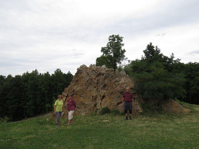 křemencová skalka nad bývalým lomem poblíž rozhledny Bára