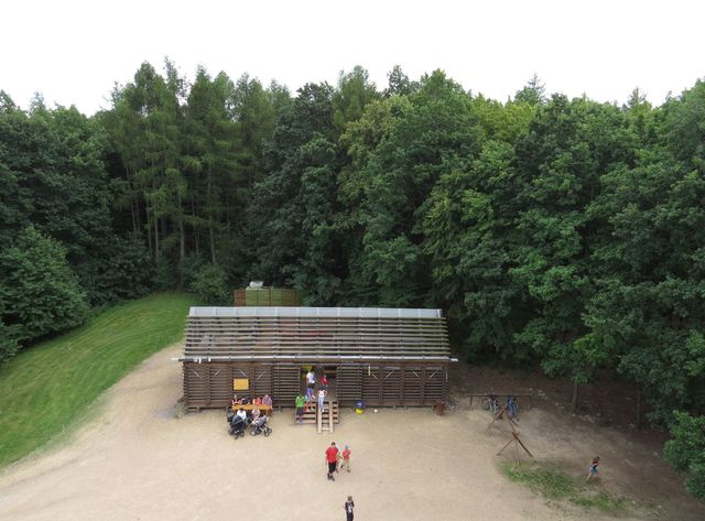 domek stejné konstrukce pod rozhlednou slouží pro občerstvení návštěvníků