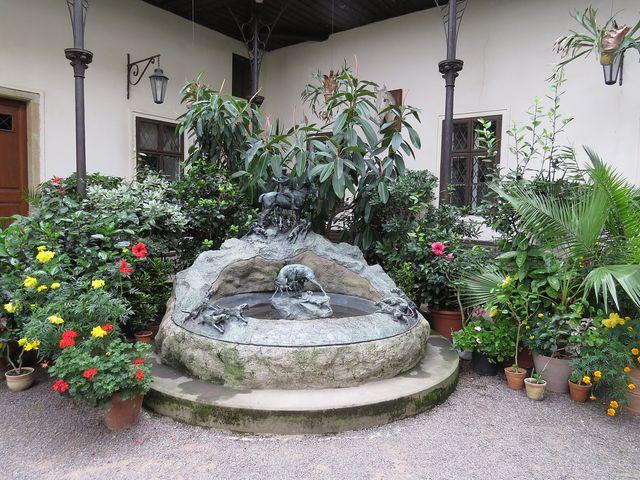 kašna na nádvoří zámku ve Slatiňanech