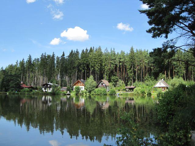 tenhle obrázek chat u rybníka Okrouhlíku jistě znáte ze záhlaví našeho blogu :-) ; www.svatosi.cz