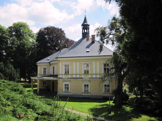 zámek byl v devadesátých letech vrácen potomkům posledního majitele