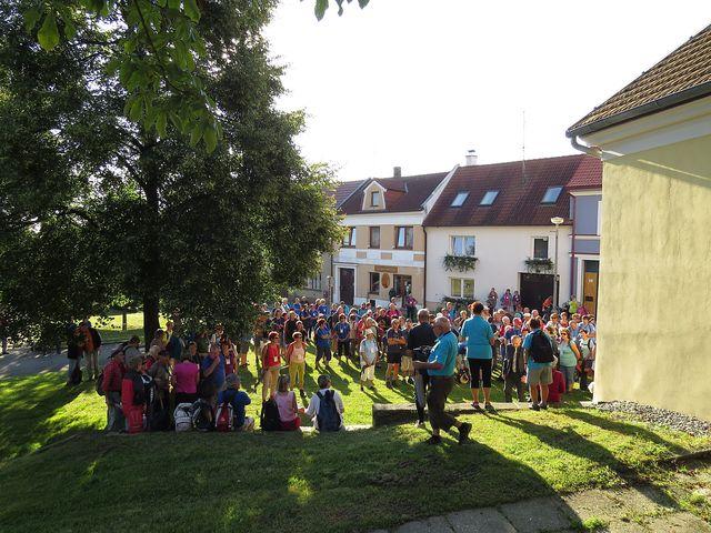 zahájení 48. ročníku akce Krajem pětilisté růže na náměstí ve Velešíně