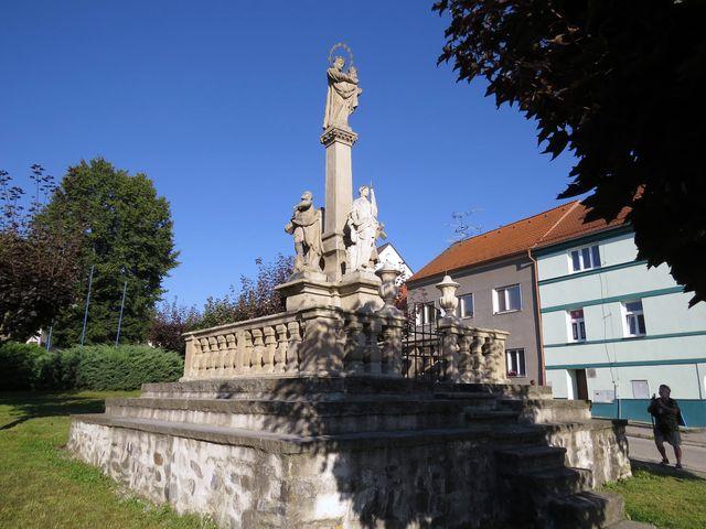 Mariánské barokní sousoší ve východní části velešínského náměstí