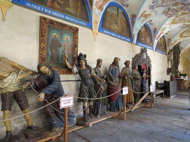 fresky na klenbách ambitů byly opraveny