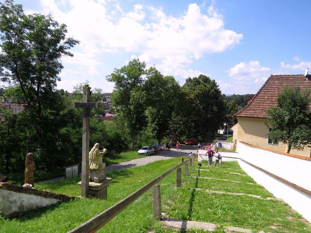 na výšině nad řekou Malší, kde stojí kostel, bývalo hradiště