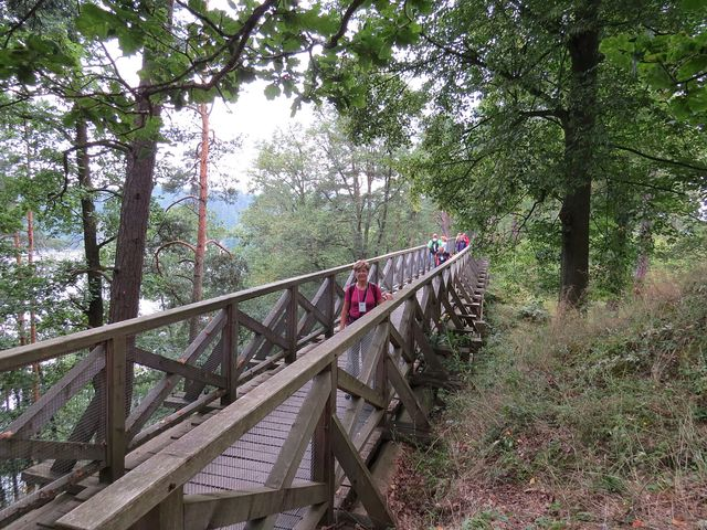 dřevěný most spojuje ve výšce 8 metrů nad hradním příkopem předhradí a hlavní část hradu Velešín
