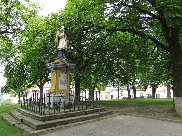 socha světce, který dal název vsi vzniklé na začátku 18. století