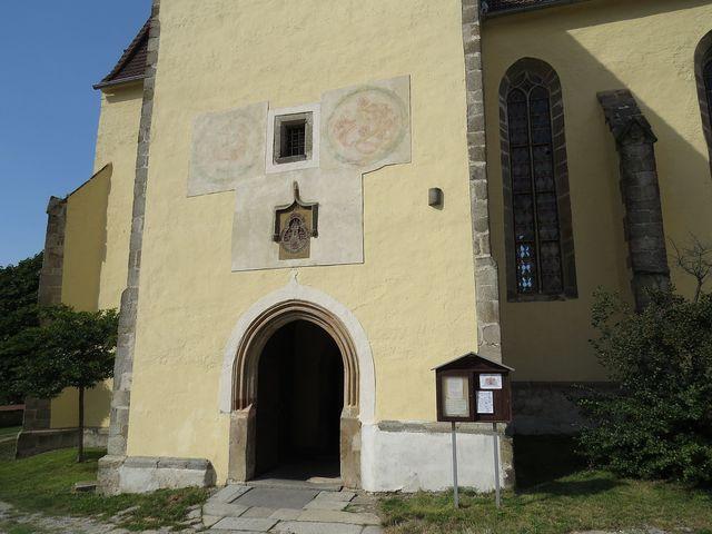vstupní portál do kostela v Trhových Svinech