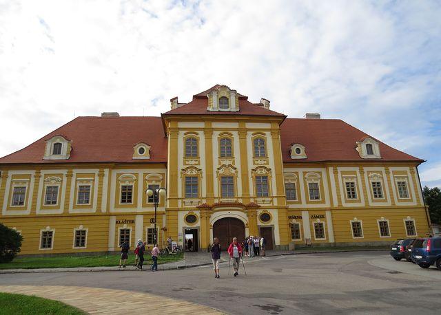 bývalá prelatura augustiniánského kláštera přestavěná na zámek