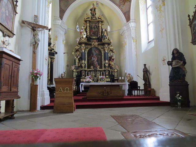 interiér kostela Navštívení Panny Marie - vpravo vzácná socha Piety