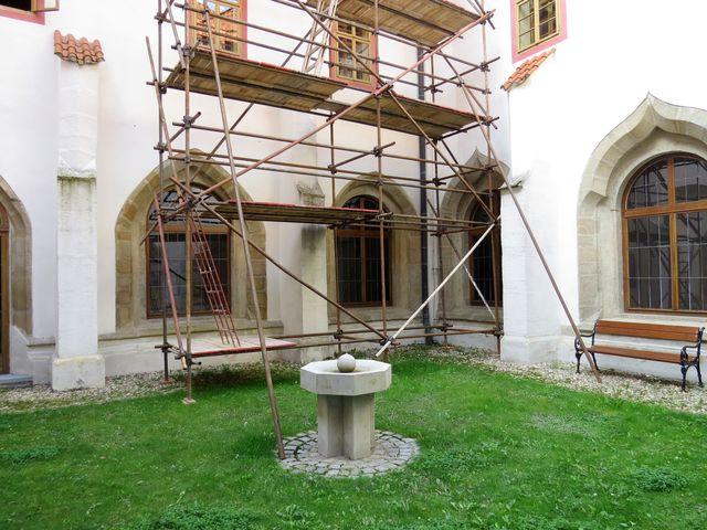 z rajského dvora jsou vidět hrotité oblouky ve tvaru oslího hřbetu