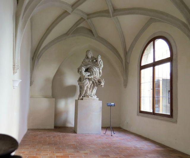 galerie barokních soch v křížové chodbě