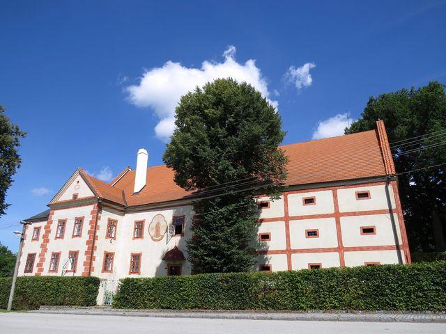 Ostrolovský Újezd - zámek přestavěný z tvrze je nyní v soukromém vlastnictví - nepřístupný