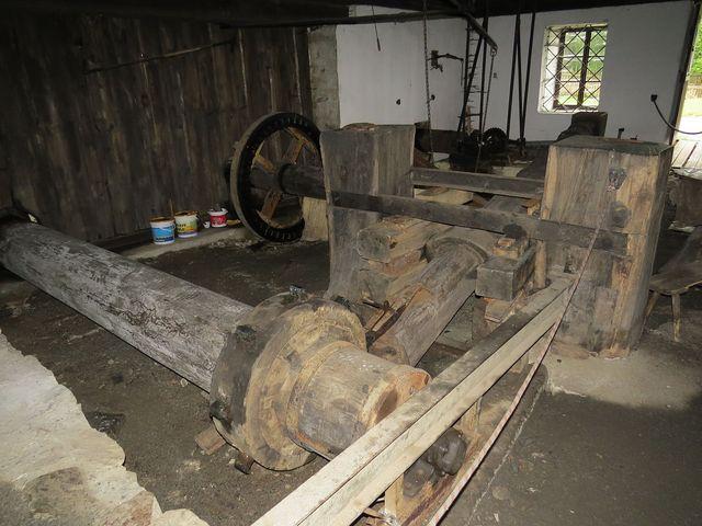 mechanismus, který pohání kladivo v kovářské dílně