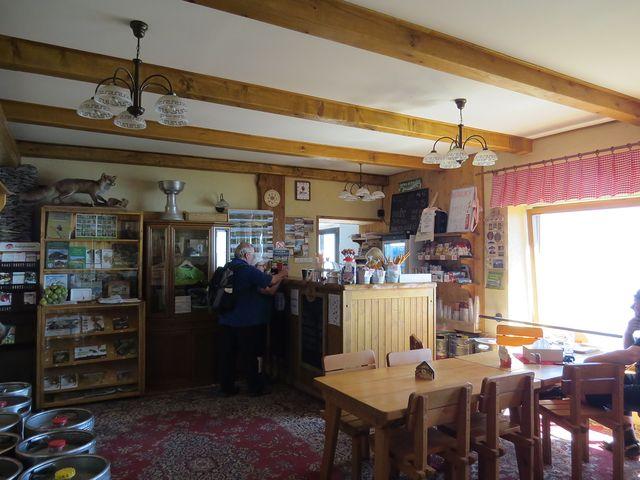 příjemné prostředí v restauraci na vrcholu Milešovky