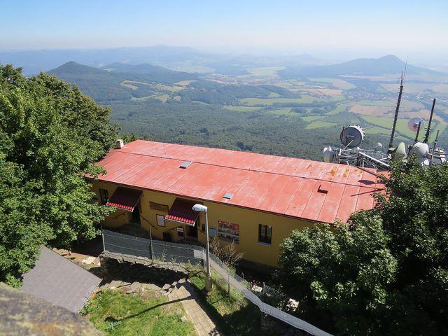 budova restaurace na Milešovce - pohled z vyhlídkového ochozu rozhledny na meteorologické stanici