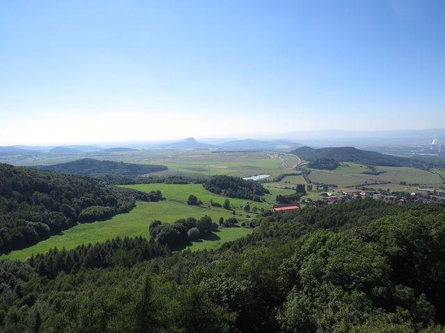 výhled z věže do krajiny Českého středohoří