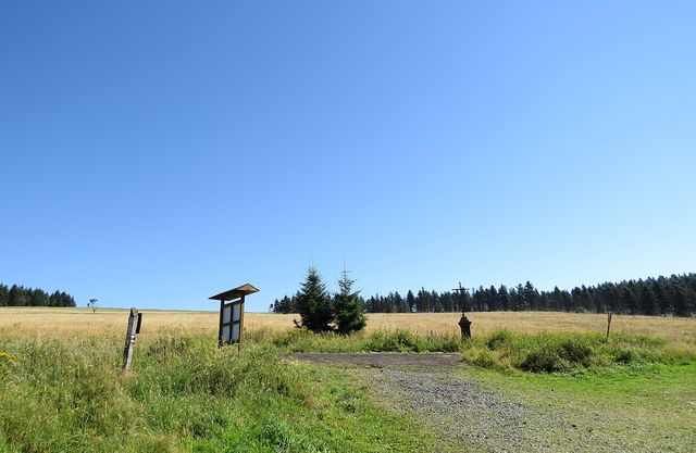 malá obec, která stávala zde, ve spádové oblasti přehrady, byla prý z důvodů ochrany čistoty vod zrušená