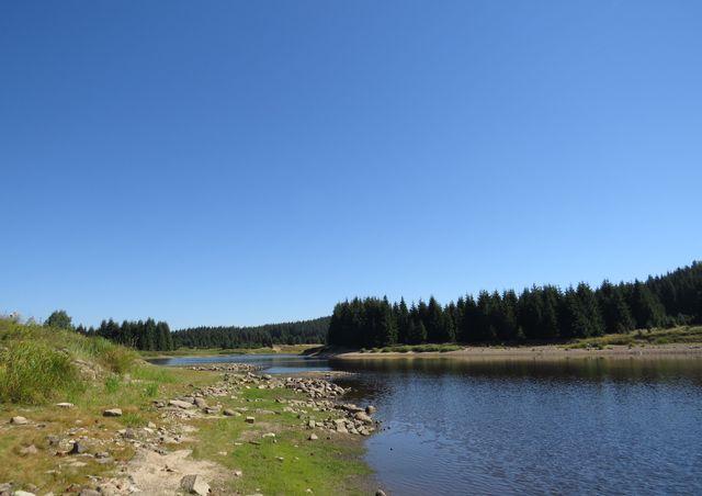 stříbrné jezero čisté vody z krušnohorských hřebenů