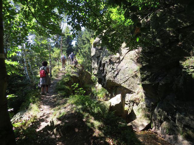 plavební kanál překonává i skalní bloky